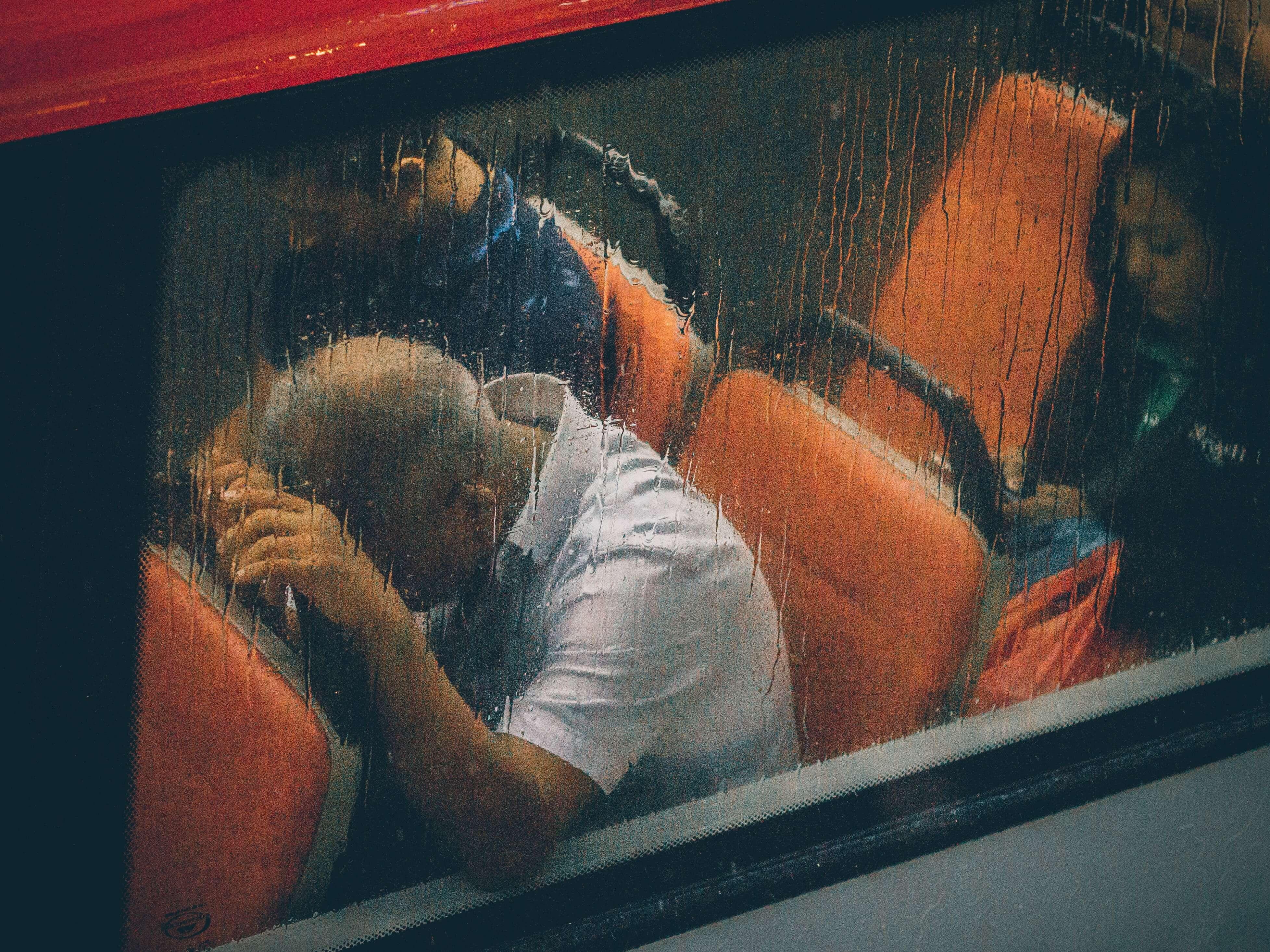 homme stressé dans un autobus