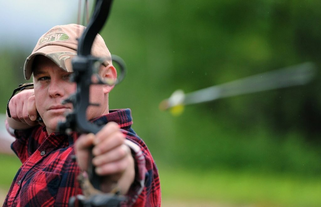 flèche tirée d'un tir à l'arc avec un monsieur très concentré pour gérer son stress