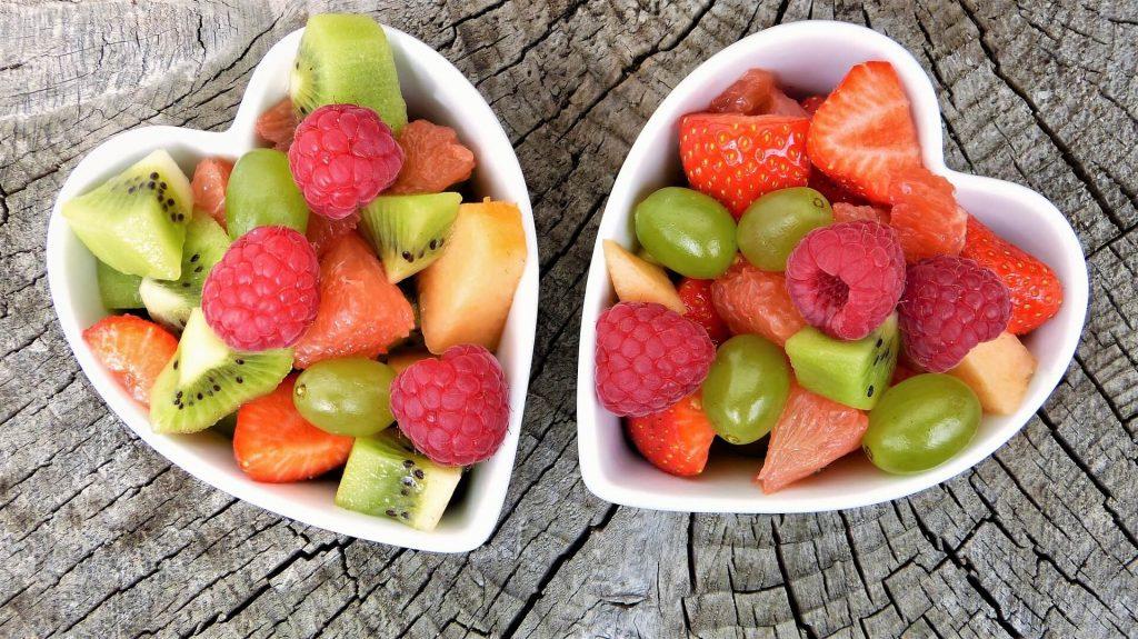 pleins de fruits dans des tasses en forme de cœur afin d'avoir une bonne santé et éviter le stress