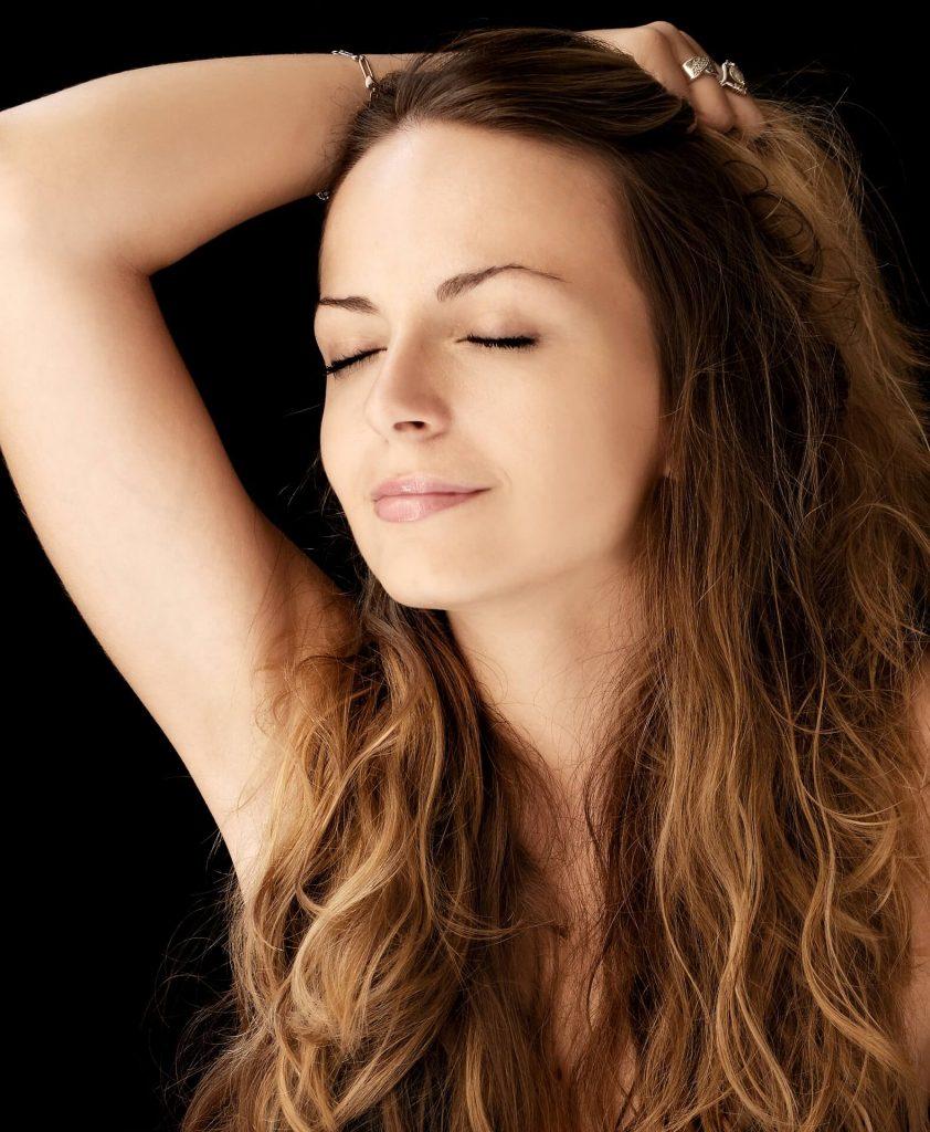 femme qui se caresse les cheveux afin de savoir ce qui la stress et la rend mal à l'aise pour gérer son stress
