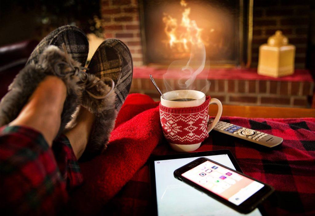 en mode relaxation avec tasse de thé chaud pour gérer son stress