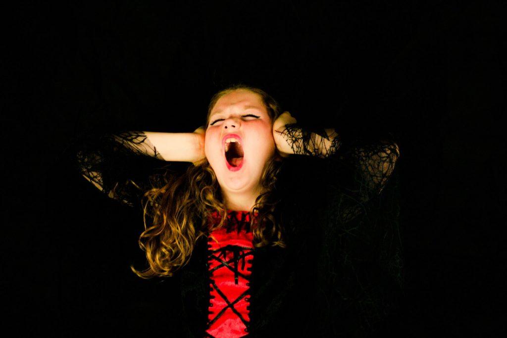femme stressée qui crie de colère car elle doit trouver un anti-stress
