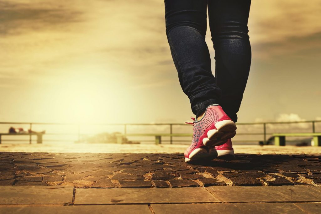 marche à pied avec basket rose pour faire un tour pour gérer son stress