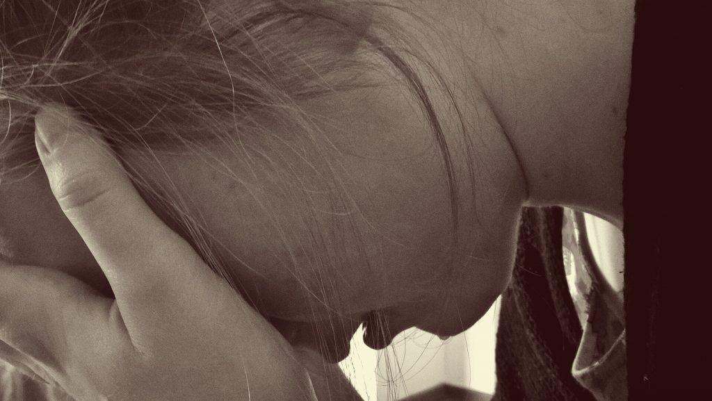 femme qui souffre du stress du fait de ses soucis