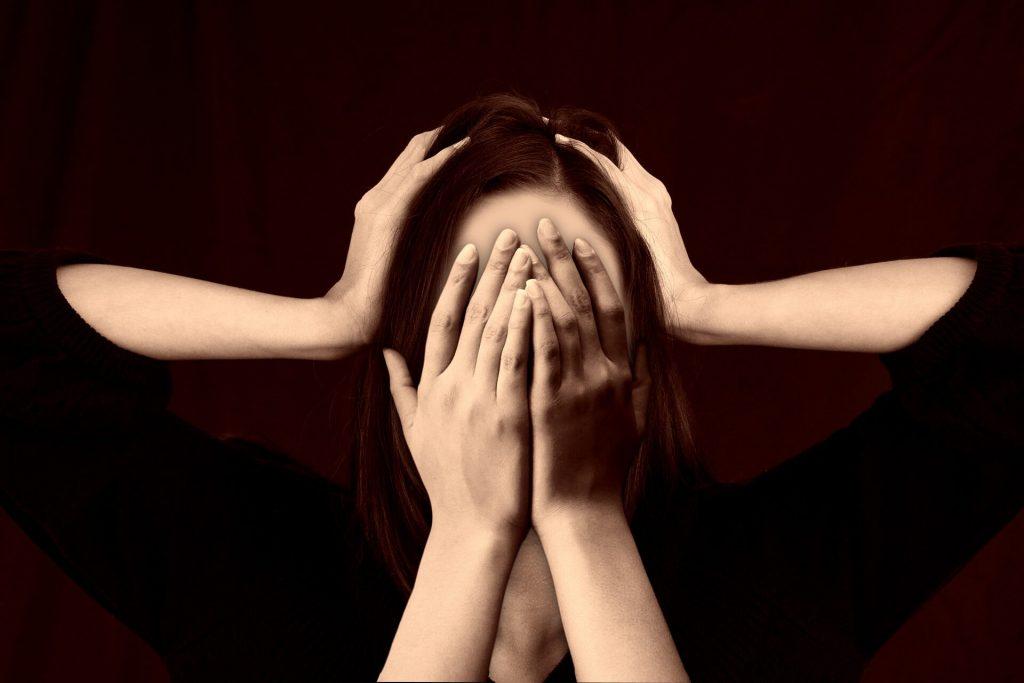 femme stressée ne sait plus où donner de la tête