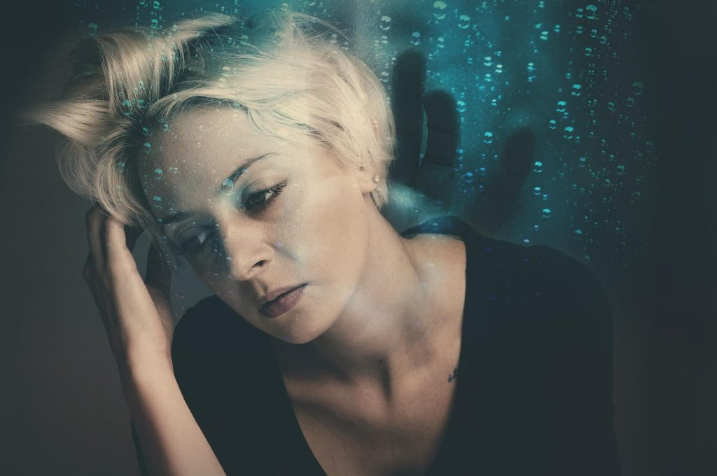 femme blonde qui cherche un anti-stress pour combattre son stress