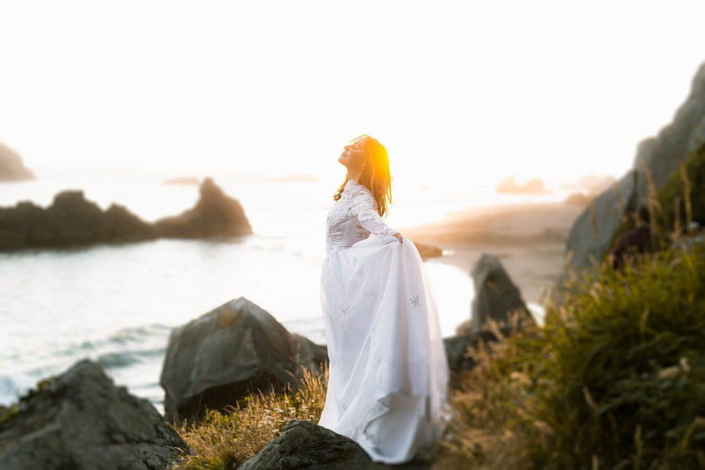 femme qui respire profondément l'air de la mer pour gérer son stress