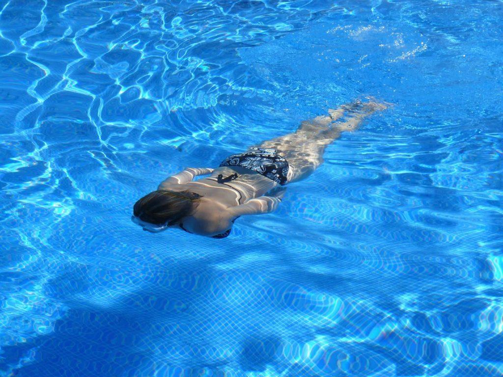 Allez nager à la piscine