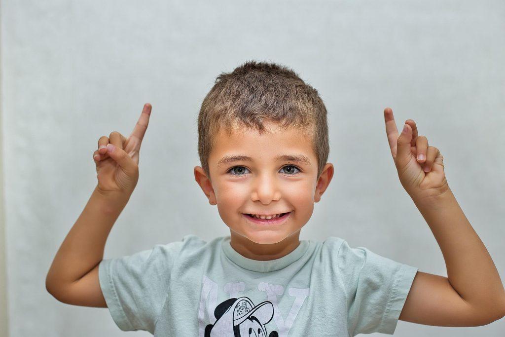 Soulager le stress d'un petit enfant en donnant des responsabilités