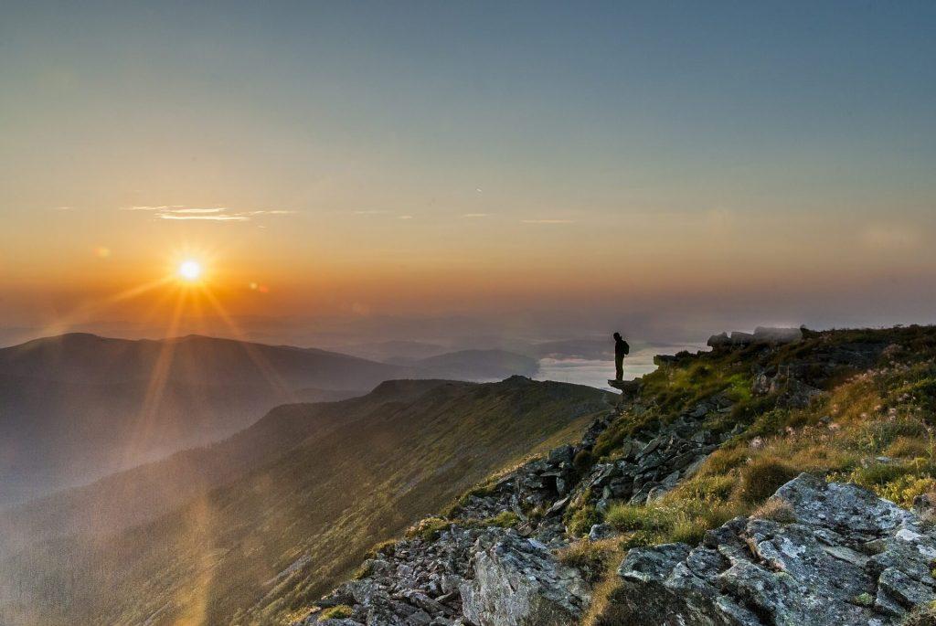 Vue du soleil depuis une montagne